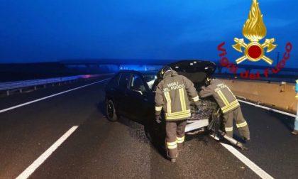 Auto contro il guard rail sull'autostrada A4