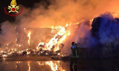 Azienda per riciclo carta in fiamme: pompieri in azione da ore