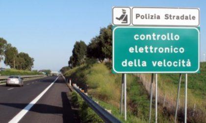 Sfreccia in autostrada ai 242 chilometri all'ora, patente ritirata e maxi multa
