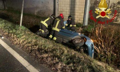 Con l'auto nel fosso, donna salvata dai vigili del fuoco