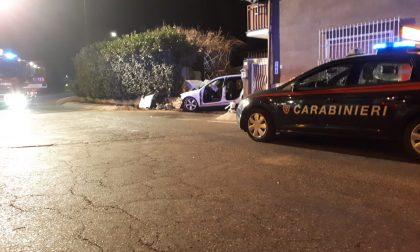 Auto si schianta nella notte: un morto e tre feriti, uno è grave