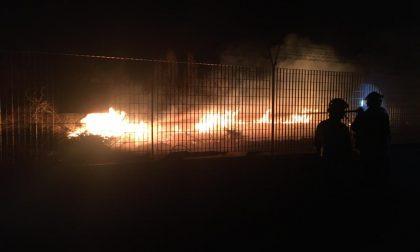 Incendio a San Francesco, le fiamme bruciano anche nel poligono militare | FOTO