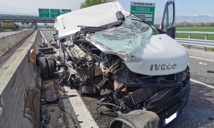 Incidente in tangenziale fra Caselle e Settimo: furgone perde il carico | FOTO
