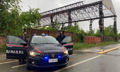 Partorisce nell'ex fabbrica abbandonata con l'aiuto dei carabinieri