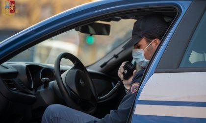 Ubriaco alla guida versa la birra sull'auto della polizia