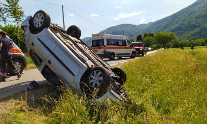 Incidente a Borgofranco auto si ribalta e finisce fuori strada