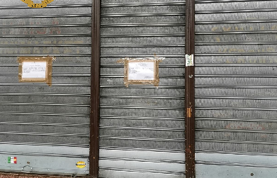 Personale senza guanti e mascherine, chiuso market