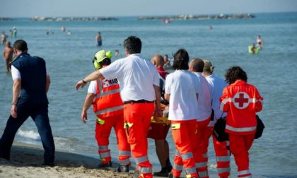 Malore in spiaggia durante una passeggiata, muore torinese