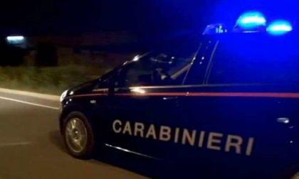 Danneggia delle auto ed aggredisce anche i Carabinieri
