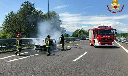 Auto in fiamme sulla Torino - Caselle