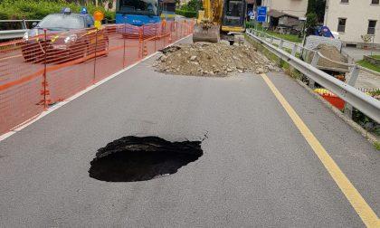 Voragine in strada  ceduto di nuovo l'asfalto sulla provinciale