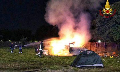 Camper a fuoco nella notte | FOTO