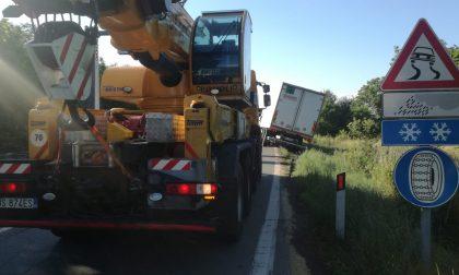 Camion fuori strada sulla SP460 a Salassa   FOTO