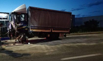 Schianto sulla provinciale a Strambino, grave un automobilista | FOTO