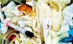 Veterinario getta rifiuti dell'ambulatorio nei cassonetti in strada, denunciato