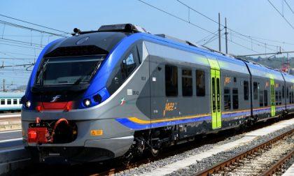 Sale sul treno e si spoglia poi inizia a importunare i passeggeri… tutto in diretta social