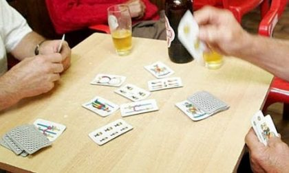 Al bar giocano a carte senza mascherina, locale chiuso
