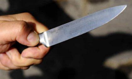 Minaccia moglie e figli con un coltello violando anche il divieto di avvicinamento