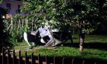 Incidente a Forno, esce di strada e si ribalta nel cortile di una villetta
