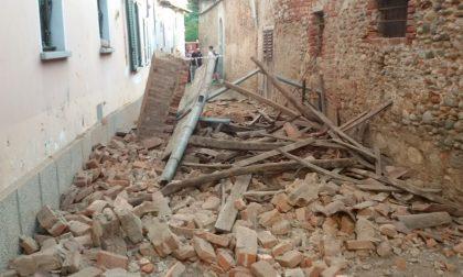 Crollo del tetto di una casa disabitata in pieno centro a Favria