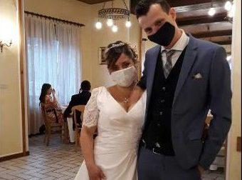 Sara ed Alex i primi sposi ciriacesi... con la mascherina