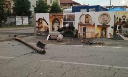 Auto abbatte palo del telefono poi fugge | FOTO