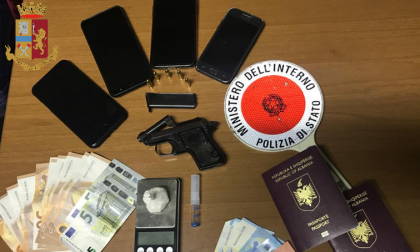 Beccati con droga e una pistola rubata nascosta in casa, due arrestati