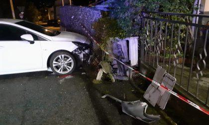 Incidente a Locana: sbanda e finisce sulle auto parcheggiate