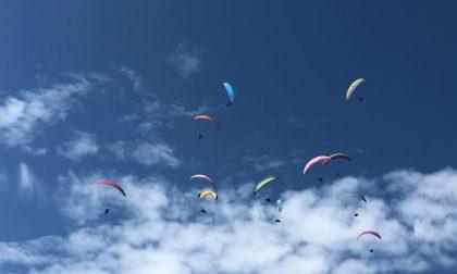 Immagini da brividi dai campionati di nazionali di volo libero in corso sui cieli canavesani | VIDEO