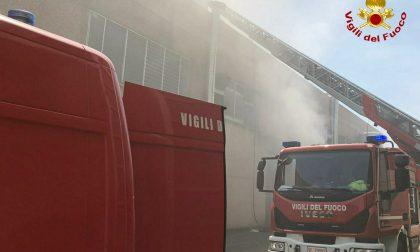 Edificio industriale a fuoco in strada del Francese