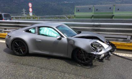 Porsche si schianta in autostrada all'altezza di Quassolo, illeso il conducente