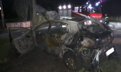 Auto si schianta contro un palo e prende fuoco a Bairo | FOTO