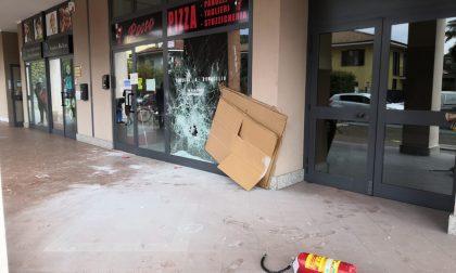 Sfascia la vetrina della pizzeria dei fratelli a cui suo fratello ha sparato   FOTO