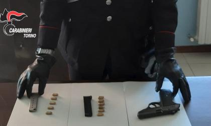 Minaccia un commerciante con una pistola rubata