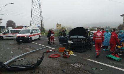 Incidente a Mathi, auto sbanda e abbatte un palo | FOTO