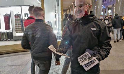No Amazon singolare protesta in maschera