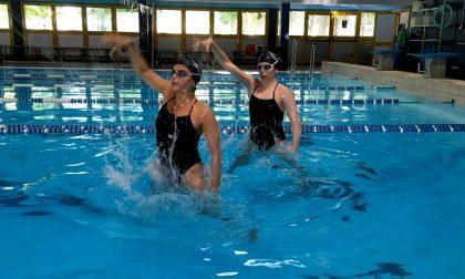 Le atlete del nuoto sincronizzato in vasca, pronte per tornare a gareggiare