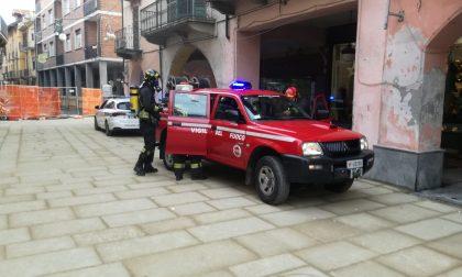 Principio di incendio in un negozio in pieno centro a Ciriè | FOTO