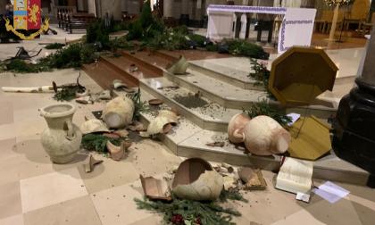 Distrugge gli arredi della chiesa e minaccia i fedeli, 58enne arrestato