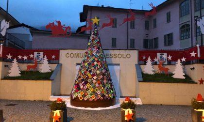 Luci e colori, un albero di mattonelle... a Lessolo è già Natale