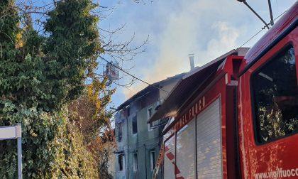 Tetto in fiamme in centro a Forno Canavese
