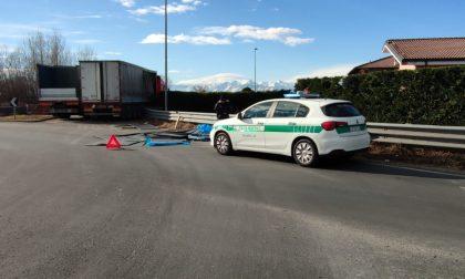 Camion perde il carico in mezzo alla rotonda fra Rivarolo e Feletto