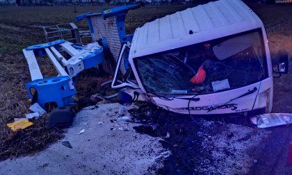 Camion esce di strada sulla 460, ferito l'autista