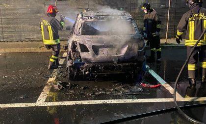 Due incendi a Borgaro: auto e rifiuti in fiamme