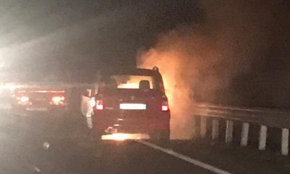 Auto in fiamme durante la marcia, paura sulla 460