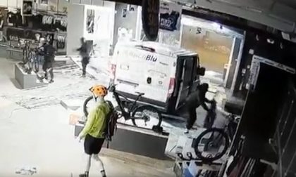 Ecco come i ladri svuotano il negozio di biciclette (sotto le telecamere)