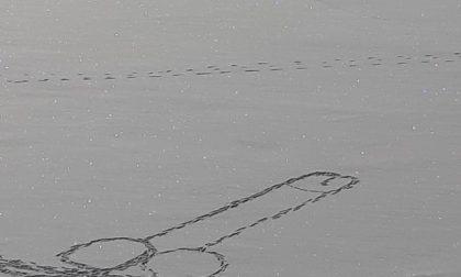 Sfida la sorte per disegnare un pene sul lago ghiacciato, un gesto incosciente