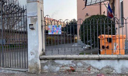 Genitori protestano contro la DAD a Ivrea, la dirigente fa togliere i cartelloni