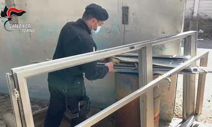 Tenta di rubare gli infissi da un capannone industriale