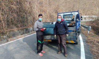 Volontari al lavoro per ripulire le scarpate del torrente Malesina dai rifiuti abbandonati